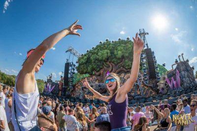 Fans dancing at Neverland Festival