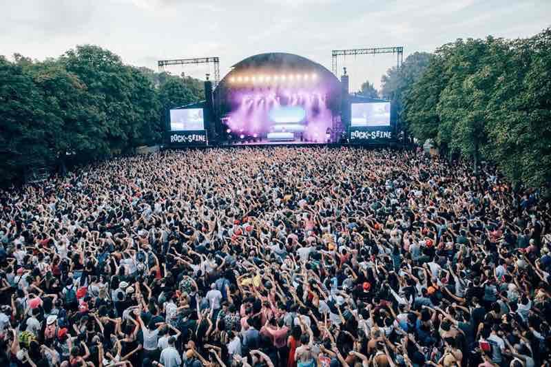 Main stage fans at Rock en Seine Festival