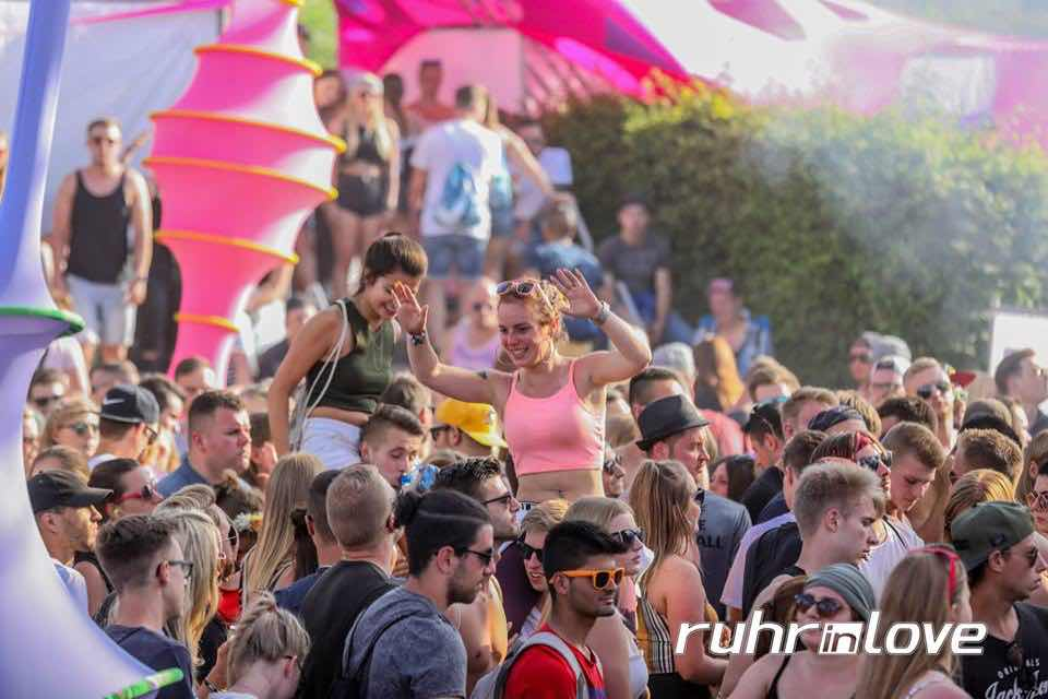Fans dancing at Ruhr in Love Festival