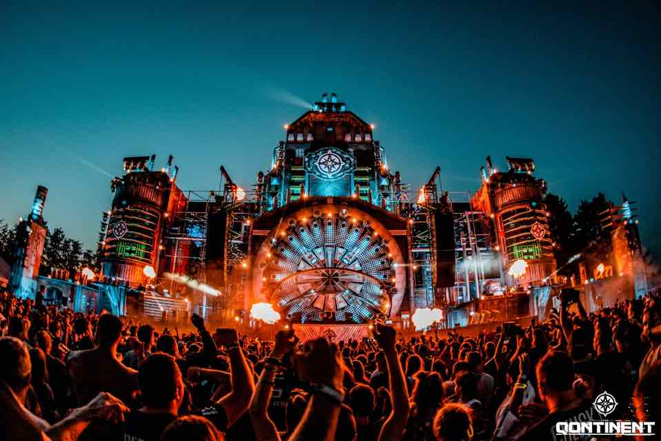 Stage colours at the Qontinent Festival