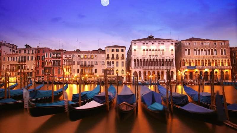 gondoles 17th century houses in Venice Italy