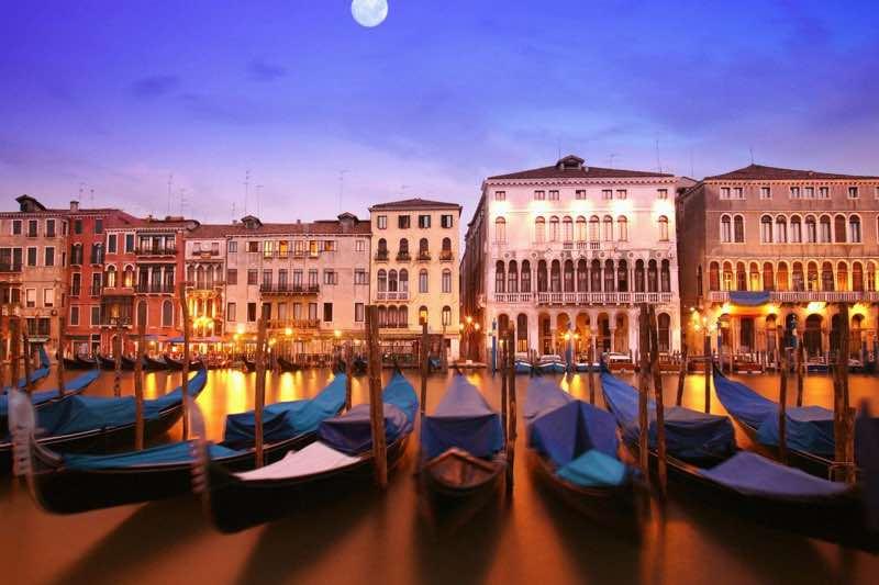 Condoles in Venice Travel Guide